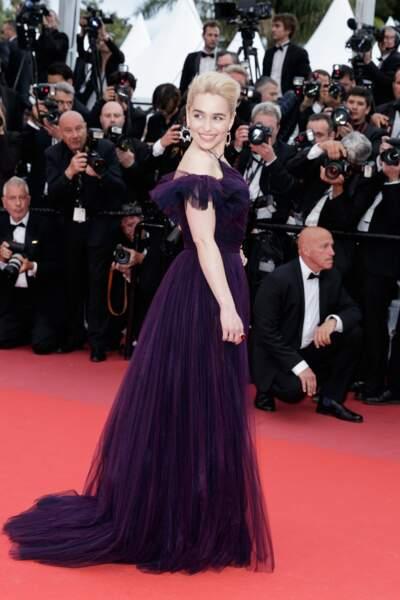 """La séduisante Emilia Clarke tout en tulle pour la montée des marches de """"Solo"""" lors du festival de Cannes 2018."""