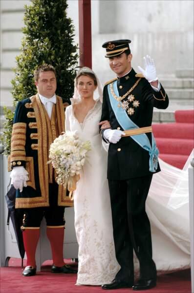 Letizia (dans une robe dessinée par Manuel Pertegaz) et Felipe d'Espagne s'unissent en 2004 à Madrid
