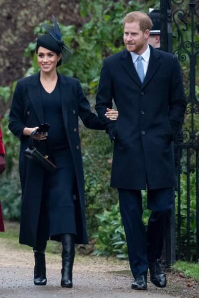 Avec le prince Harry pour la messe de Noël, Meghan Markle en total look Victoria Beckham le 25 décembre 2018.