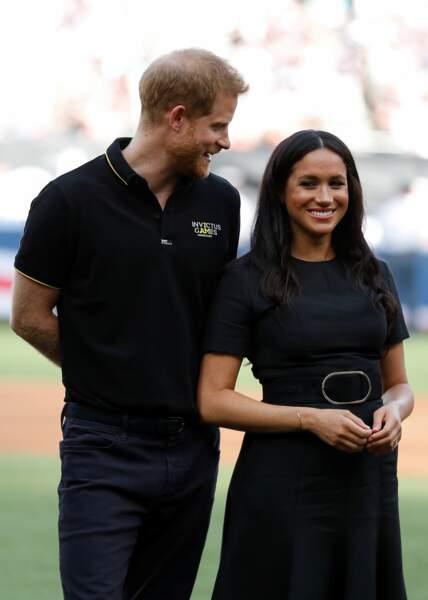 Meghan Markle arborait une ceinture noire sur sa robe, qui marquait sa taille
