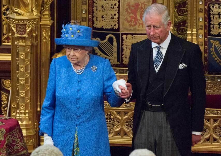 Son chapeau aux petites fleurs jaunes rappelle le drapeau de l'Union Européenne