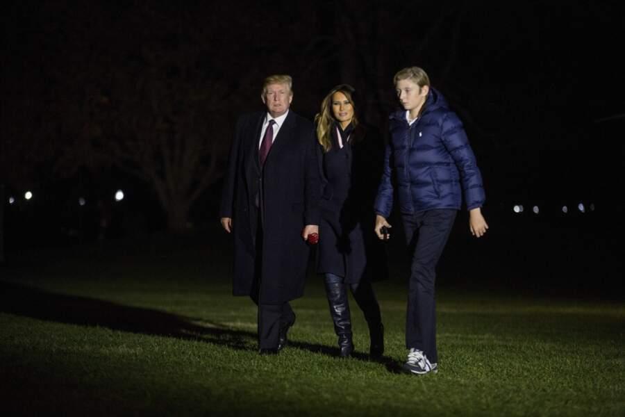 Melania Trump bien entourée entre Donald Trump et leur fils Baron Trump