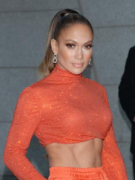 Une tenue corail pour rehausser le bronzage de Jennifer Lopez.