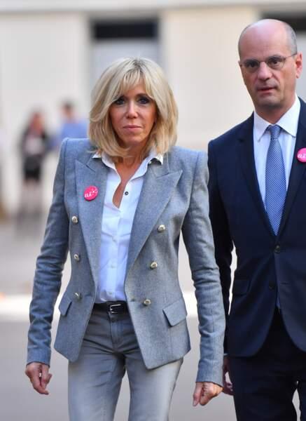 Brigitte Macron en look casual chic pour ELA