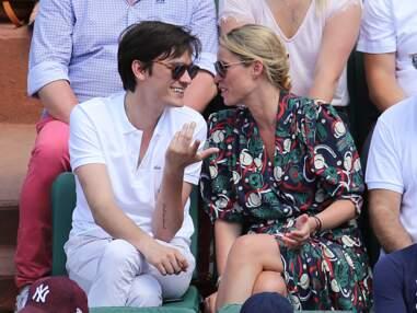 PHOTOS - Alain Fabien Delon a-t-il remplacé Capucine Anav ? Qui est la jolie blonde à ses côtés à Roland Garros ?