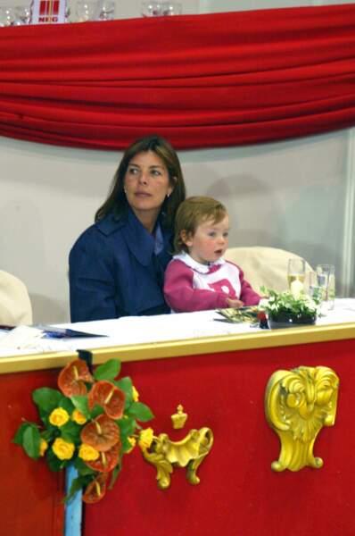 Alexandra de Hanovre dans les bras de sa mère Caroline le 25 avril 2002
