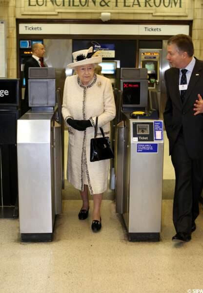 Elizabeth II composte son billet