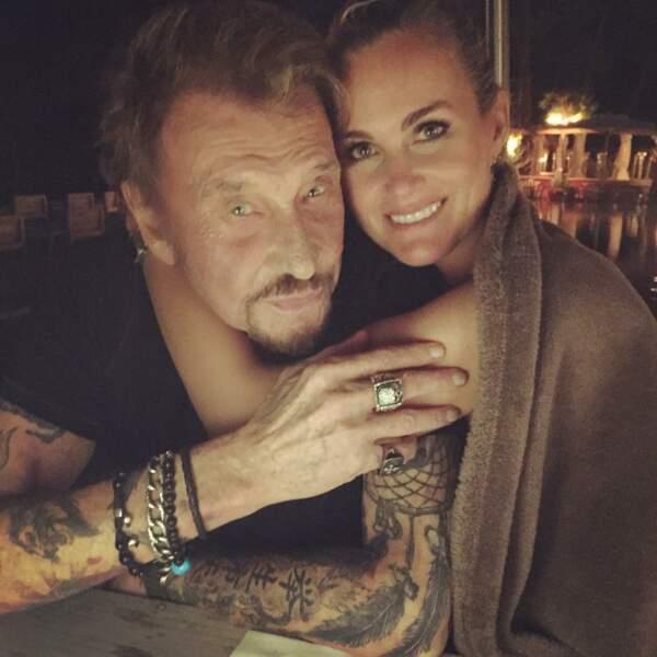 Johnny et Laeticia enlacés, sur ce cliché posté par l'épouse du chanteur pour son anniversaire en juin 2017