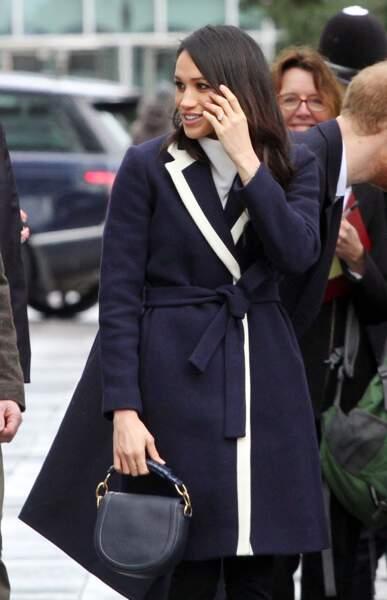 Meghan Markle avec un manteau bleu marine à bandes blanches, lors de la journée de la femme à Birmingham en 2018