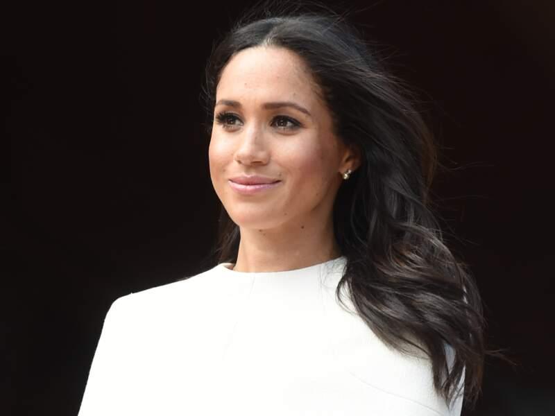 Meghan Markle contribue largement à populariser la coiffure side-hair.