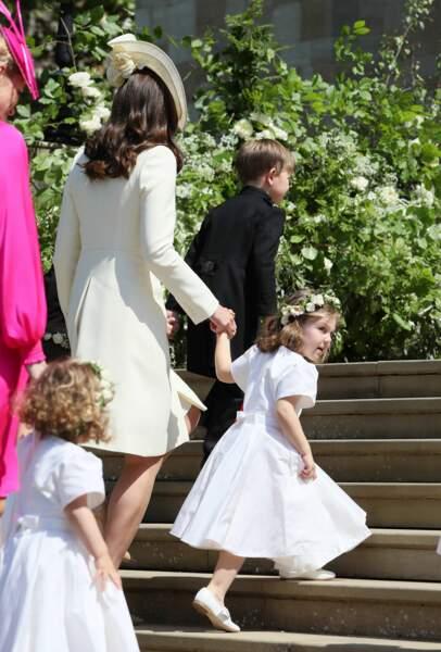 Kate Middleton de dos à son arrivée, avec la princesse Charlotte