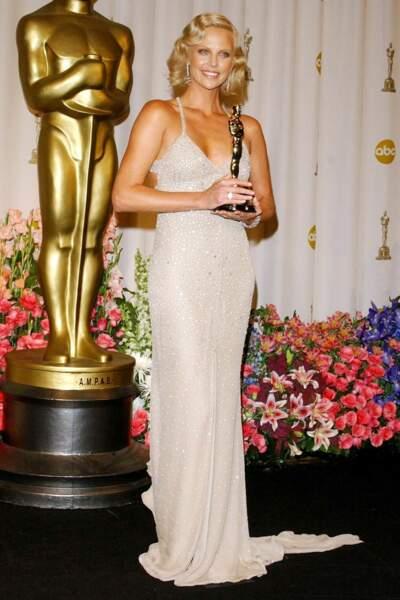 Charlize Theron porte du Gucci, en 2004