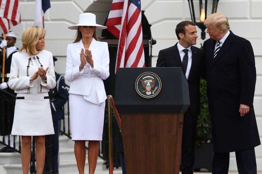 Melania en ensemble Michael Kors et chapeau à bords larges, pour recevoir le couple Macron le 24 avril 2018