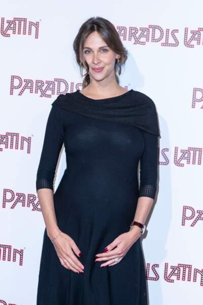 Ophélie Meunier très chic en robe qui met en avant sa grossesse au Paradis Latin à Paris le 6 juin 2019.