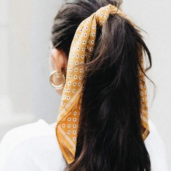 La queue de cheval haute. Camouflez l'élastique à l'aide d'un petit foulard pour le style !