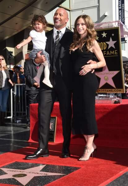 Dwayne Johnson avec sa femme et sa fille, recevant son étoile sur le walk of Fame à Hollywood, le 13 décembre 2017.