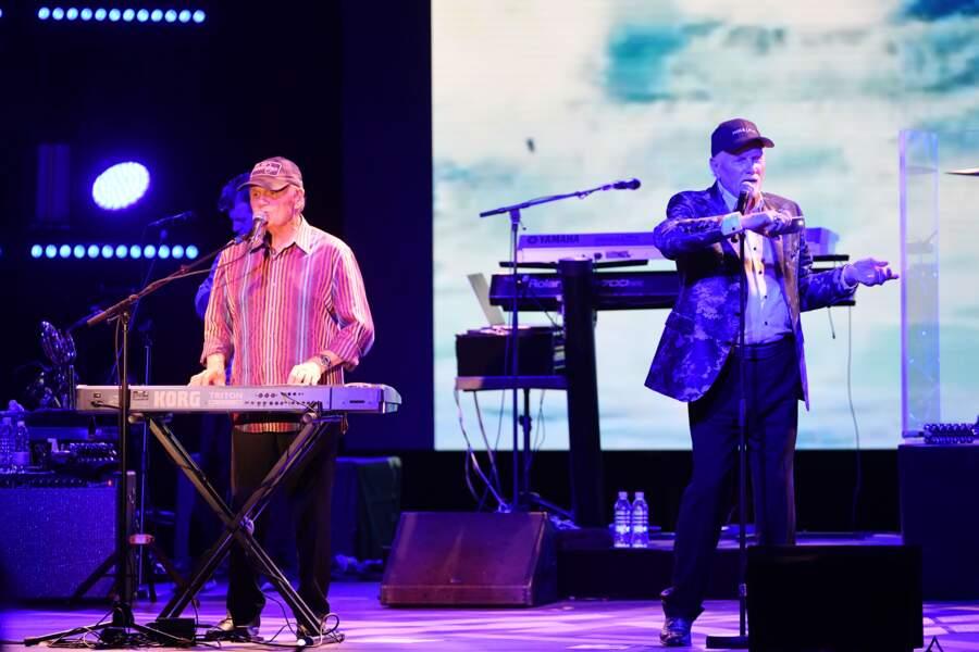 Brian Wilson, au clavier, et Mike Love, au chant, à la soirée Fight Aids à Monaco, le 13 juillet 2019.