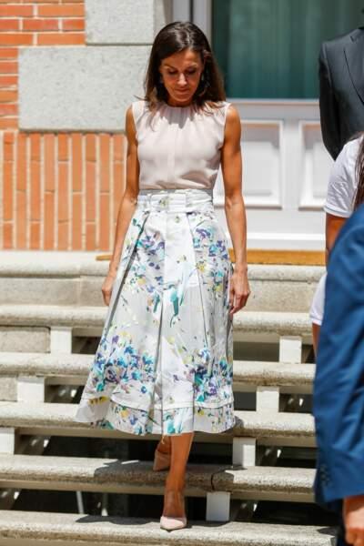 La reine Letizia d'Espagne porte une jupe midi de la marque Adolfo Dominguez