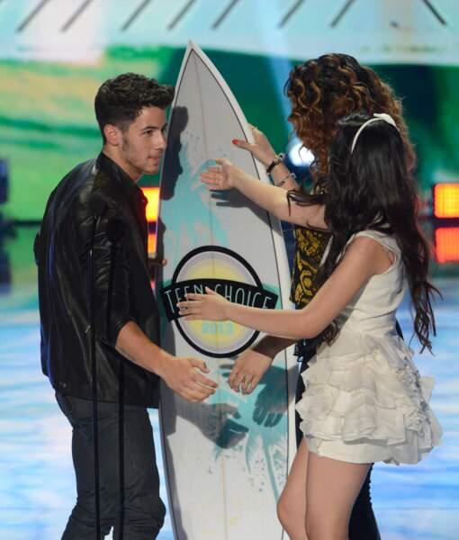 Même en solo, Nick est récompensé pour sa musique. Ici aux Teen Choice Awards 2013 organisés à Los Angeles
