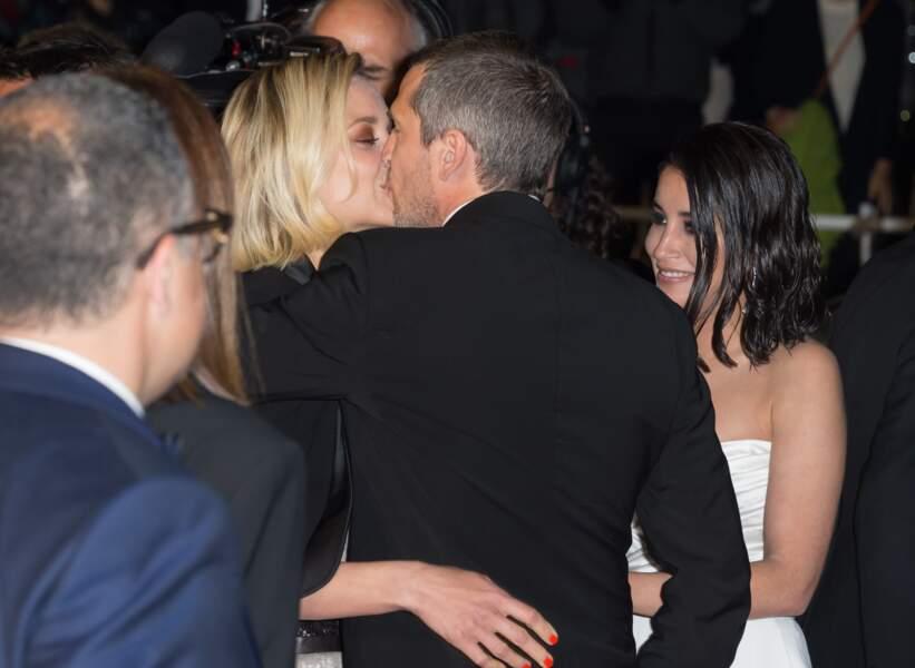 Marion Cotillard et Guillaume Canet s'embrassent en quittant le tapis rouge