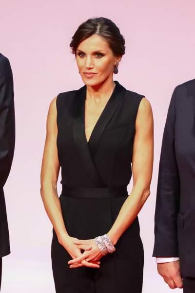 Letizia d'Espagne avec un joli chignon en side-hair et un costume noir qui met en valeur sa silhouette athéltique