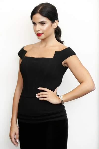 Rita Hayek a misé sur un rouge glamour ulra mat pour sublimer sa peau et ses cheveux noirs