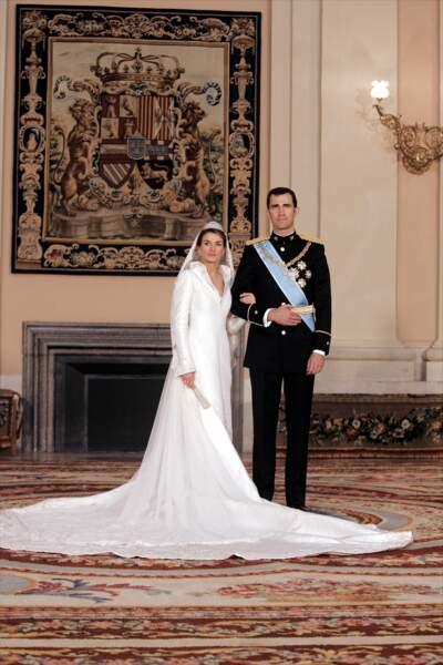 Letizia Ortiz (dans une robe dessinée par Manuel Pertegaz) épouse Felipe d'Espagne à Madrid le 22 mai 2004