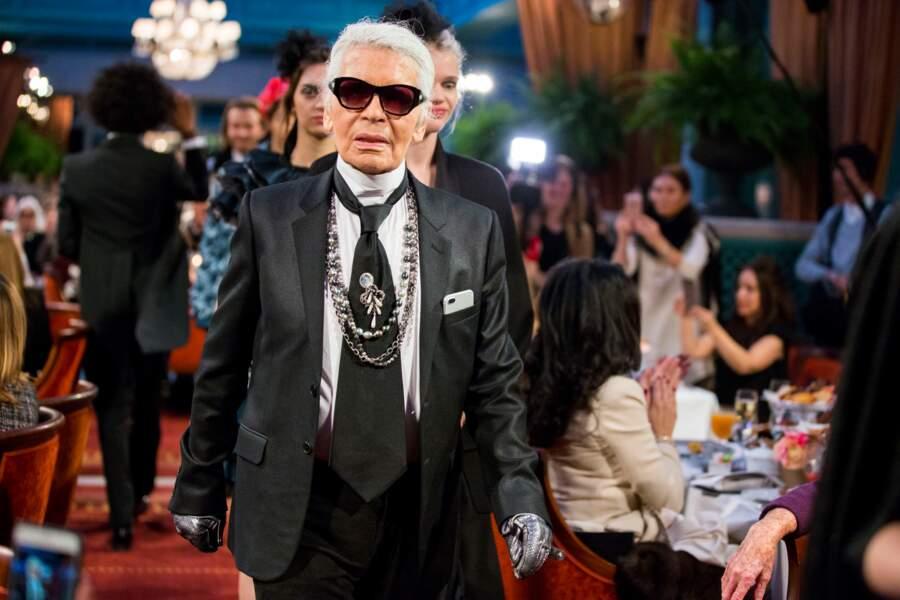 """Karl Lagerfeld lors du défilé Chanel """"Métiers d'Art 2016/2017"""" à l'hôtel Ritz à Paris le 6 décembre 2016"""