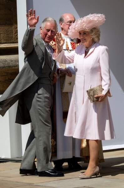 Le prince Charles et Camilla Parker Bowles saluent les photographes