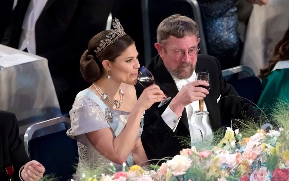 La princesse Victoria de Suède porte sa couronne au banquet du prix Nobel