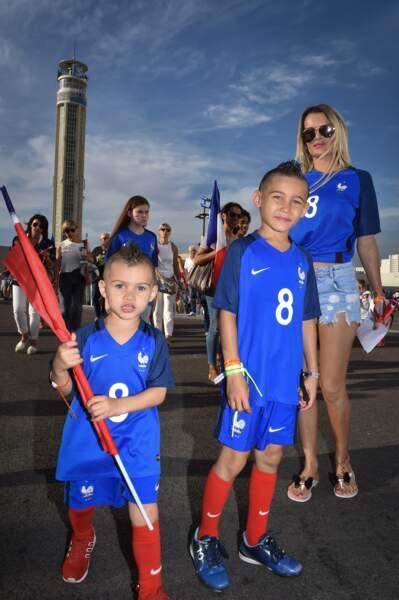 Ludivine Payet et ses fils Noa et Milan à Marseille lors du match Allemagne - France de l'Euro 2016