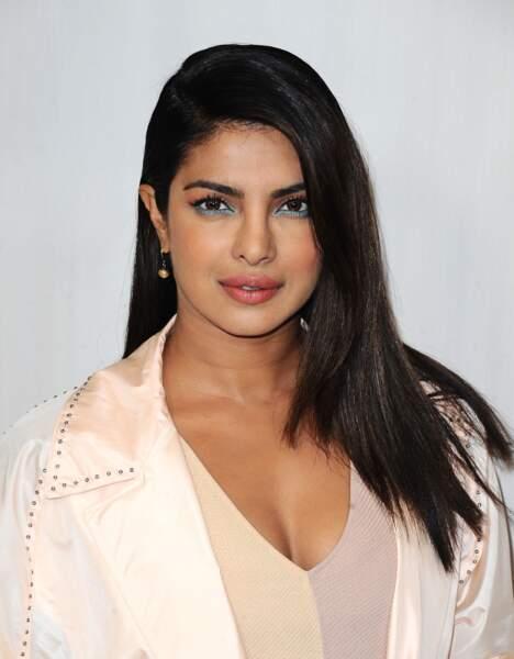 Priyanka Chopra choisit un bleu clair pour mettre en valeur son regard et sa peau caramel