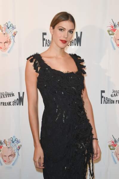 Une robe longue noire toujours chic comme Iris Mittenaere