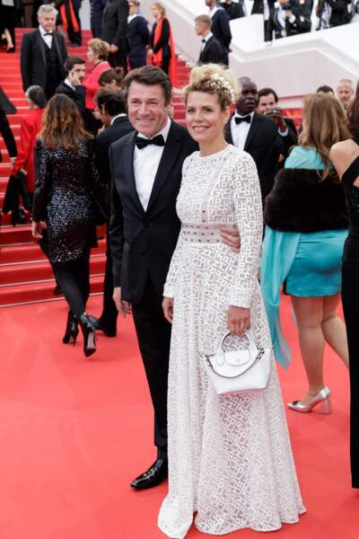 Laura Tenoudji radieuse en robe longue signée Longchamp et chignon chic