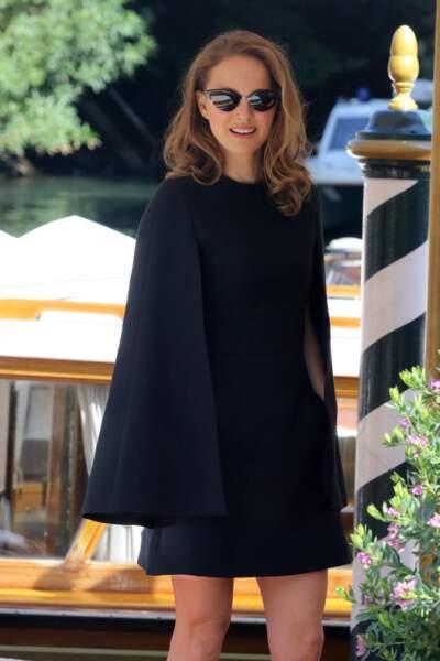 Natalie Portman lumineuse en robe-cape très courte à Venise