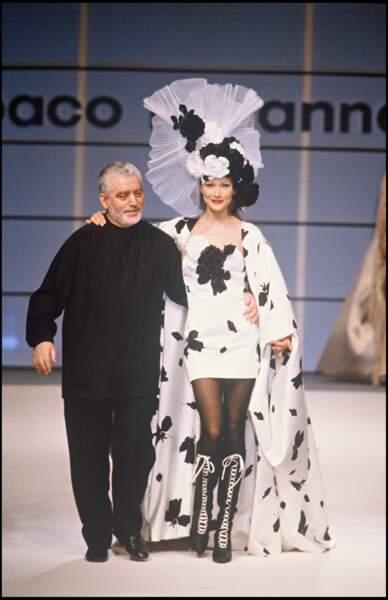 Avec le couturier Paco Rabanne pour le défilé haute couture printemps été 1994 à Paris