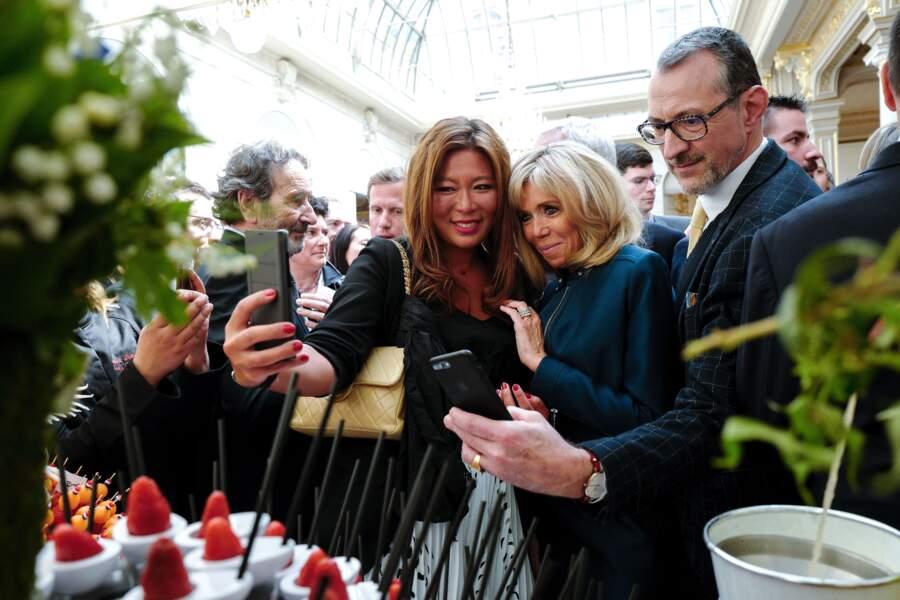 Brigitte Macron s'est prêtée avec plaisir au jeu des selfies avec les invités présents à l'Élysée