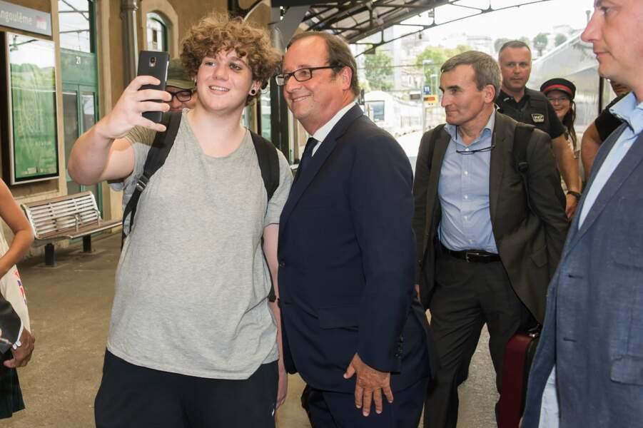 Francois Hollande a pris le temps de faire des selfies avec les gens venus à sa rencontre