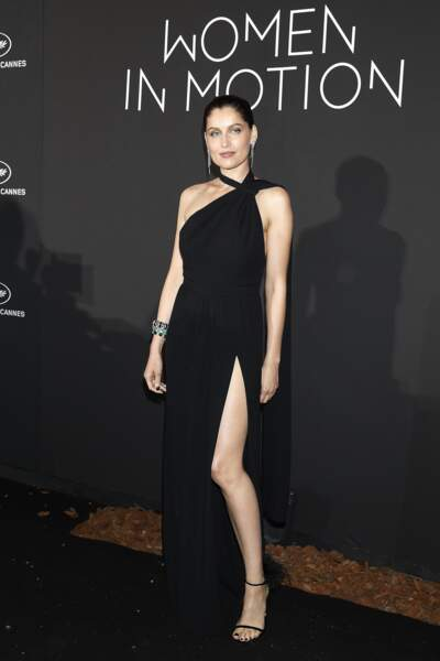 "Laetitia Casta au photocall du dîner ""Kering: Women in Motion Awards"" en robe longue fendue"