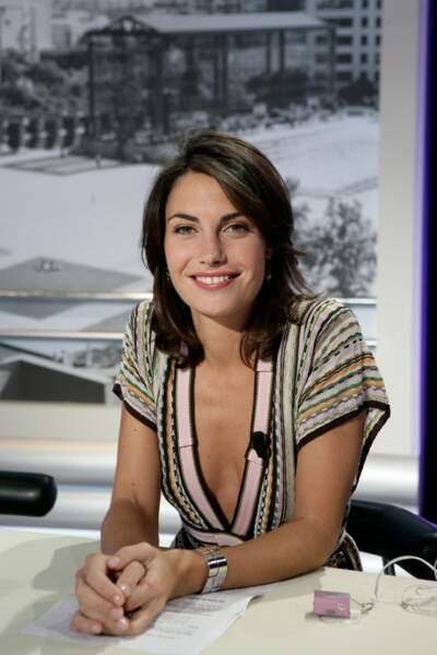 """Alessandra Sublet et ses cheveux mi-longs dégradés, sur le plateau de """"La Matinale"""" de Canal+ en 2005"""
