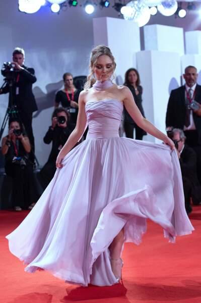 Lily Rose Depp ravissante en robe vaporeuse signée Chanel