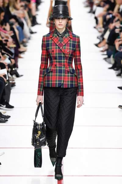 Pour Dior, le blazer prend des accents british avec un motif Prince de Galles aux couleurs saturées