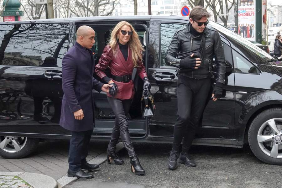 Céline Dion avec un blazer et un slim en cuir et des lunettes de soleil Max Mara