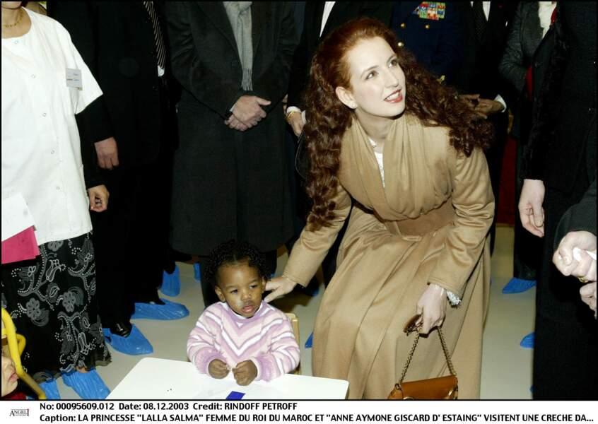 La princesse Lalla Salma visitant une crèche dans le 20ème arrondissement de Paris le 8 décembre 2003