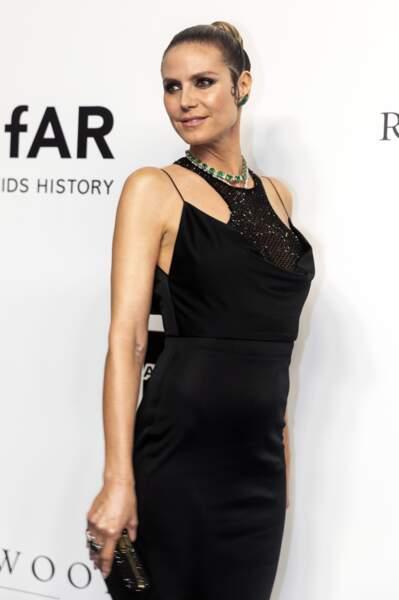 Heidi Klum portait une robe noire en satin de la marque Versace lors du gala de l'amfAR à Hong Kong