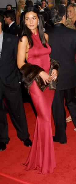 Monica Bellucci sublime, et femme fatale dans sa robe rouge et les cheveux lissés en 1990