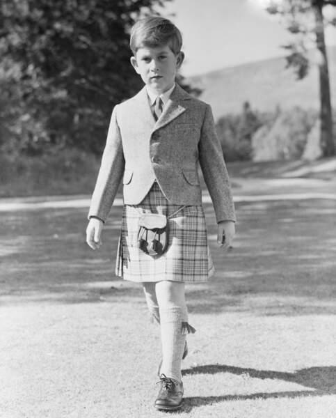 Le prince Charles pose en kilt traditionnel en tartan, dans les jardins de Balmoral, en 1955