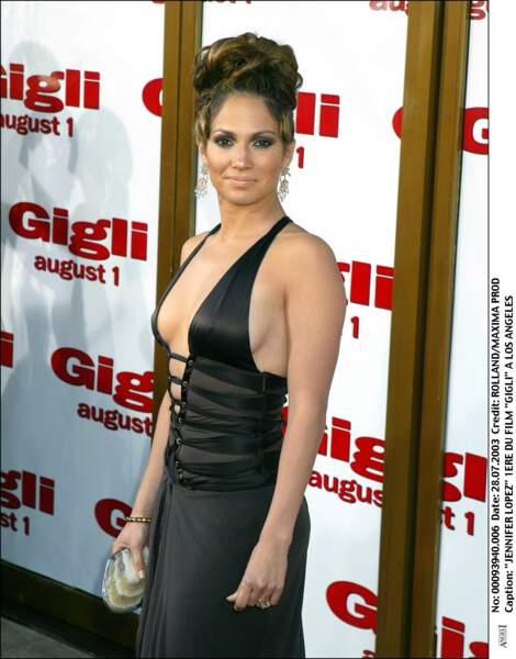 Jennifer Lopez ose toujours les tenues sexy et décolletés en 2003