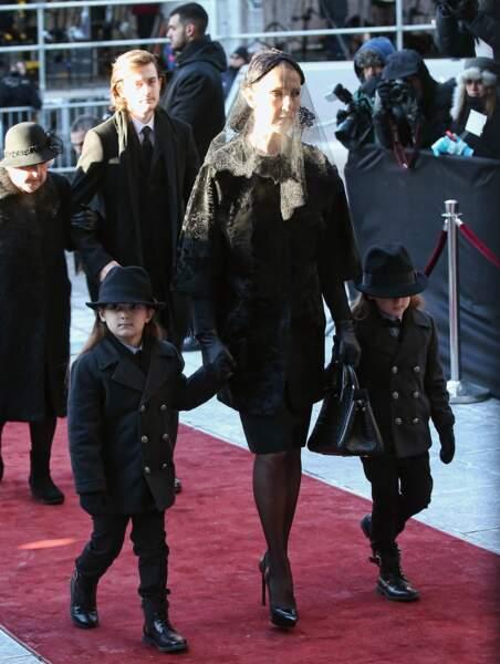 De noirs vêtus pour enterrer leur père