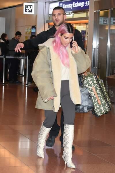 Kim Kardashian est arrivée à l'aéroport de Tokyo avec ses soeurs, le 25 février